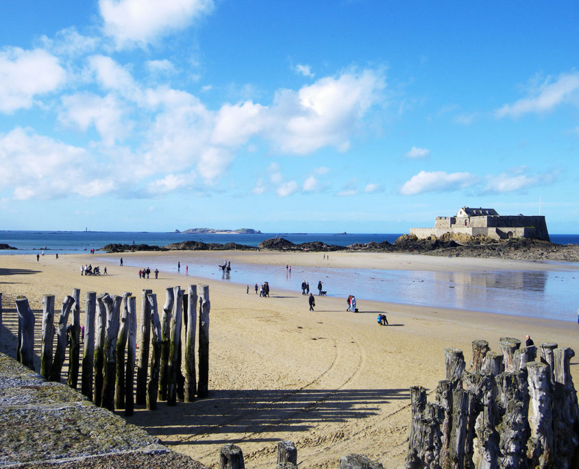 Promeneurs devant le fort national de Saint-Malo