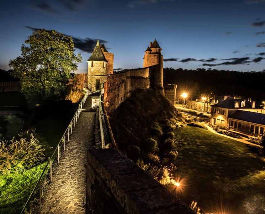 Le château de Fougères illuminé la nuit