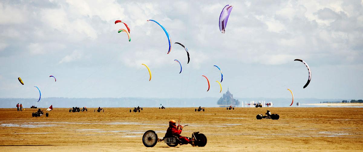Kitesurf sur la plage face au Mont-Saint-Michel