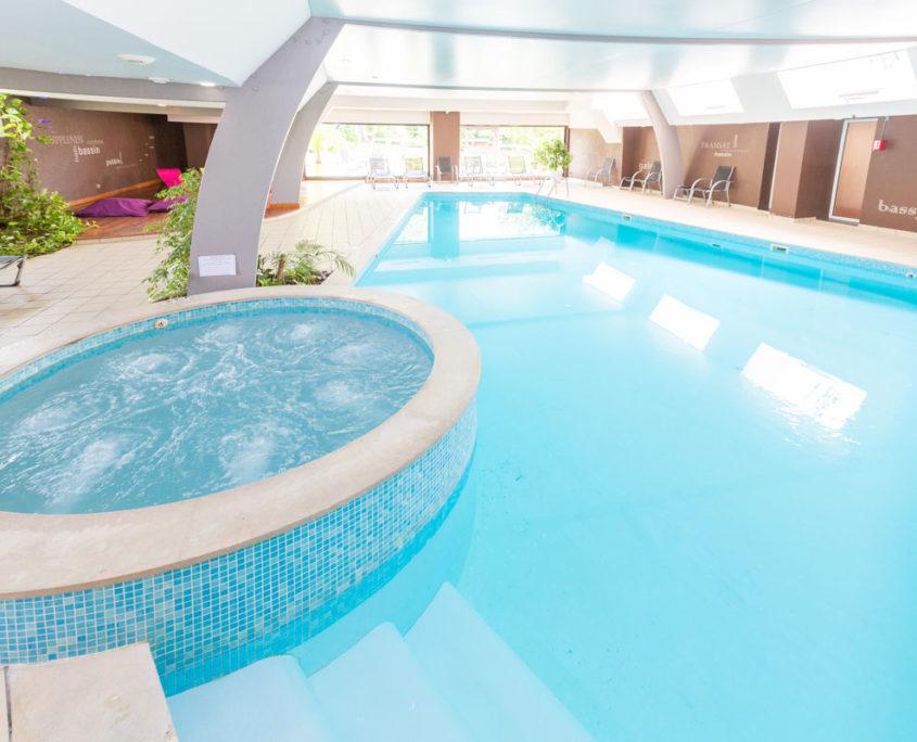 Le spa avec piscine et jacuzzi