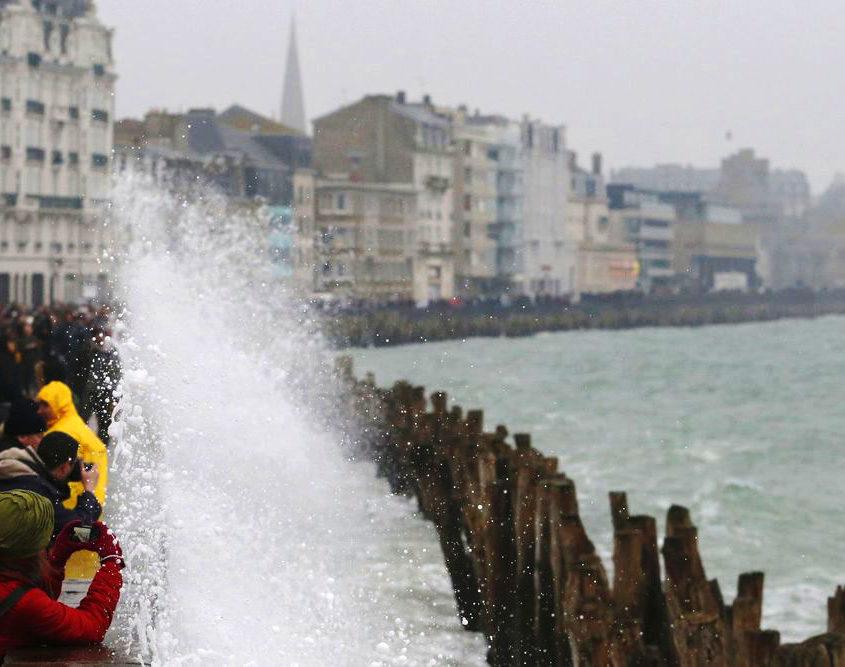 Les vagues des grandes marées s'écrasent sur les remparts de Saint-Malo