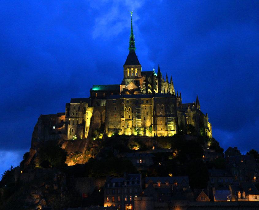 Le Mont-Saint-Michel éclairé la nuit
