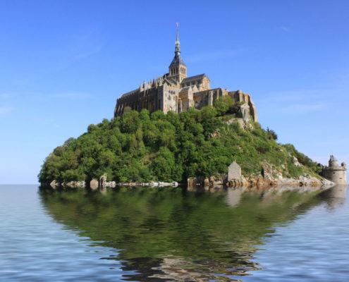 Le Mont-Saint-Michel entouré par les eaux lors des grandes marées