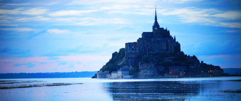 Le Mont-Saint-Michel à la nuit tombée