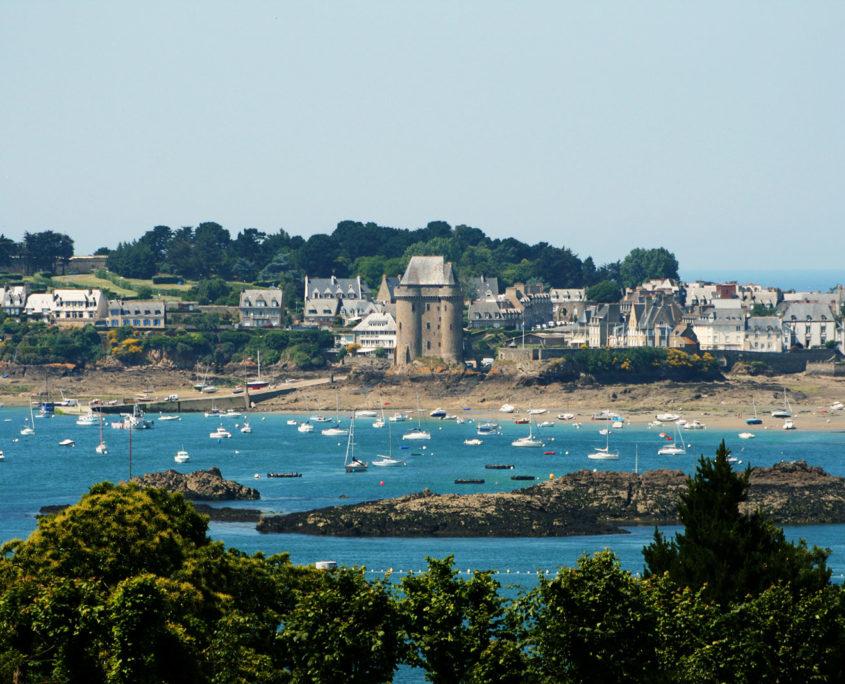 Vue sur Saint-Malo, la plage et la tour Solidor