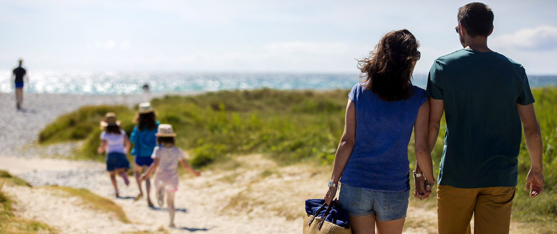 Balade sur la plage en famille