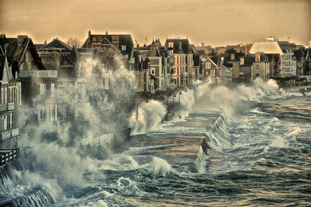 Les immenses vagues lors des grandes marées à Saint-Malo