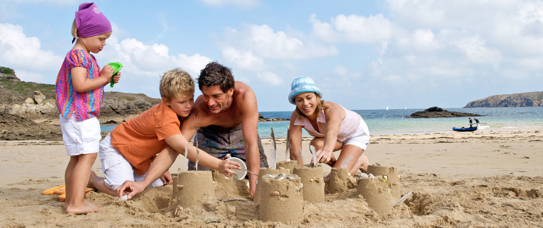 Jeux en famille sur la plage à Saint-Malo