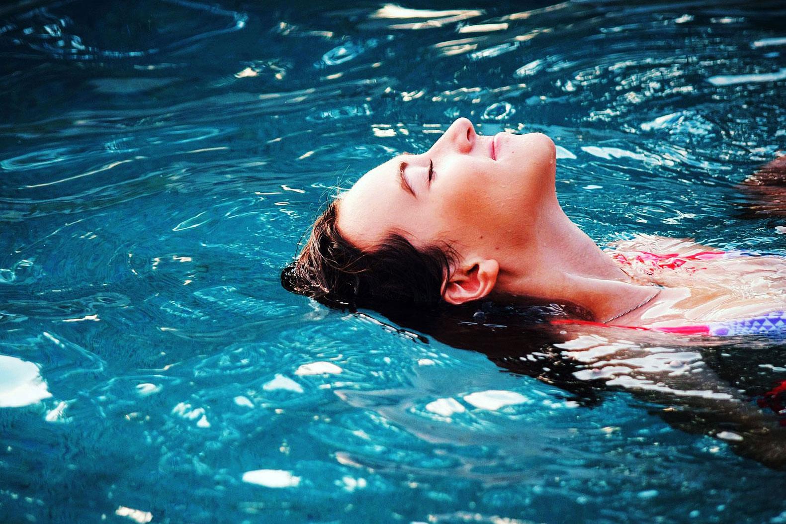 Relaxation à la piscine