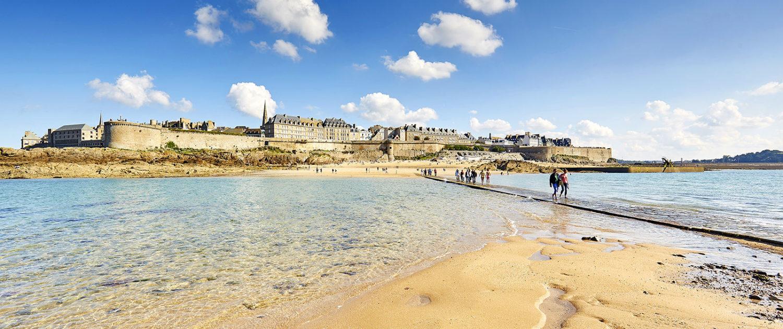 Traversée à marée basse vers le Grand Bé à Saint-Malo