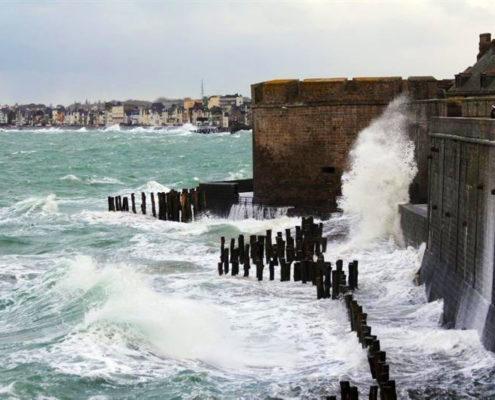 Vagues sur les remparts de Saint-Malo pendant les grandes marées