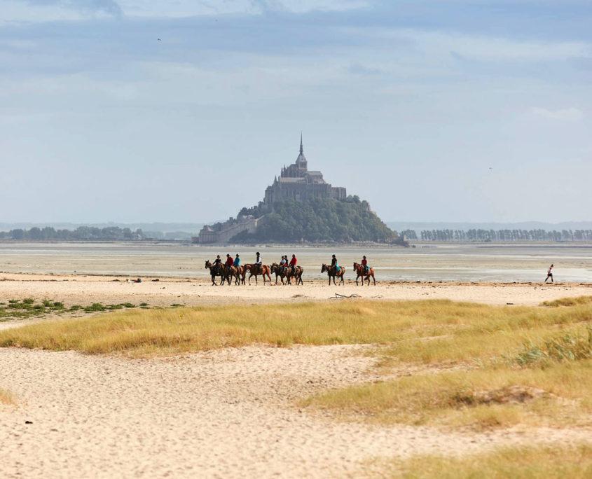Balade à cheval sur la plage face au Mont-Saint-Michel