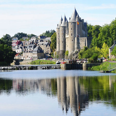 Le canal de Nantes à Brest, et vue sur le Château de Josselin