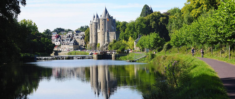 Balade à vélo sur le canal de Nantes à Brest, et vue sur le Château de Josselin