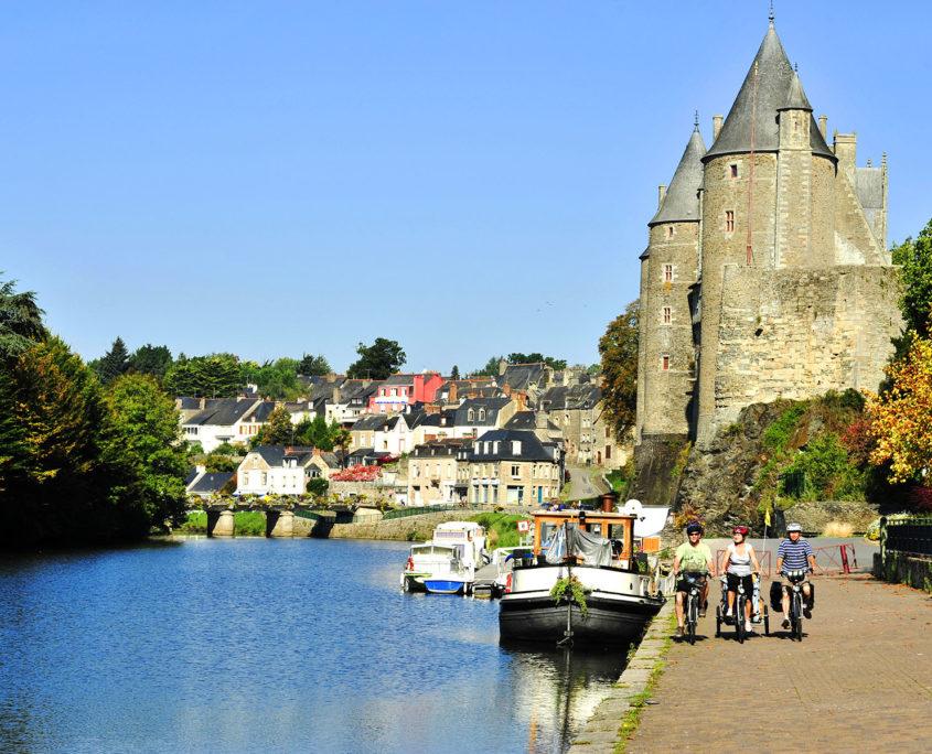 Balade à vélo sur le canal de Nantes à Brest face au Château de Josselin