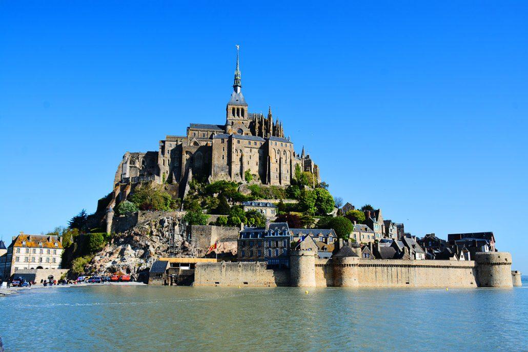 Le Mont-Saint-Michel entouré d'eau lors des grandes marées