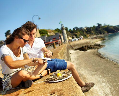 Dégustation d'huîtres sur le port de Cancale