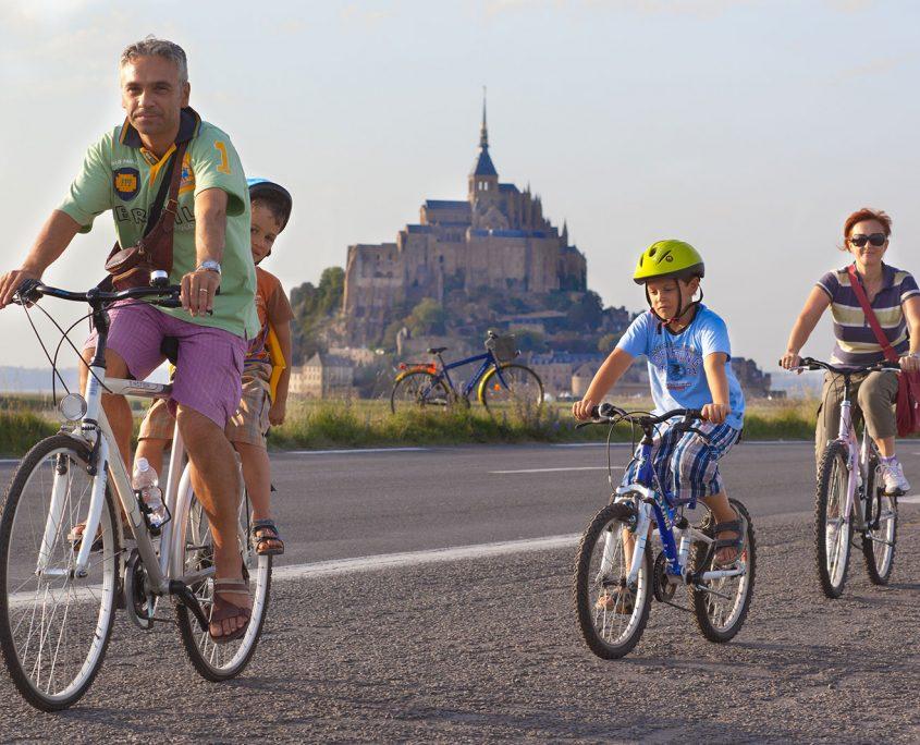 Balade à vélo au Mont-Saint-Michel en famille