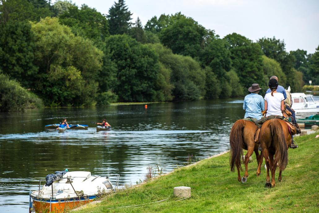 Randonnée équestre le long de la rivière