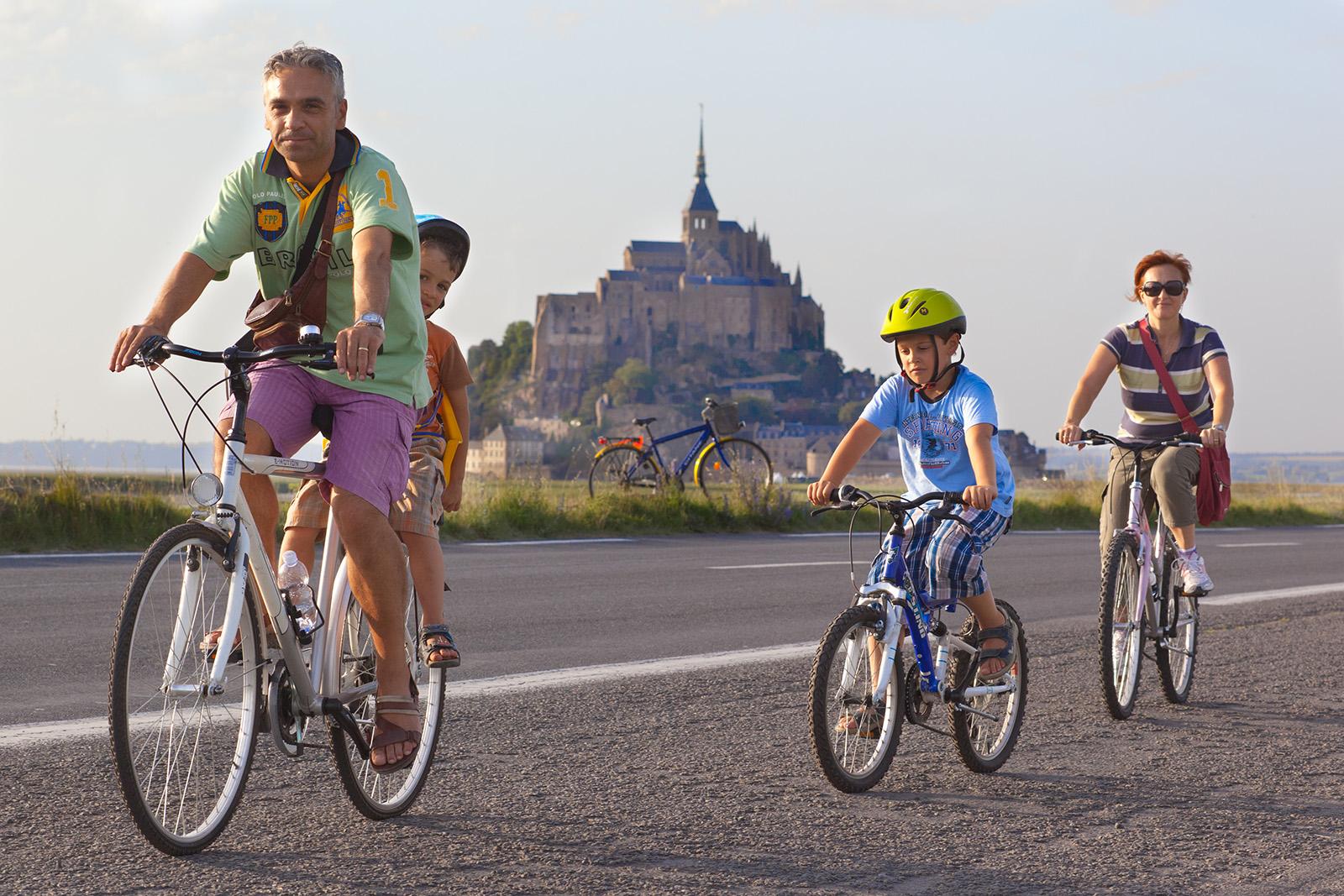 Vélo en famille au Mont-Saint-Michel